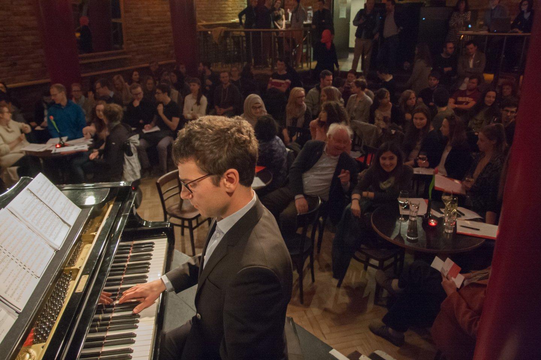 podium klavier cornelius obonya vea kaiser michael fleischhacker talk Figlhaus Wien Akademie für Dialog und Evangelisation wacht auf, ihr schlafwandler! information overload - neue passivität