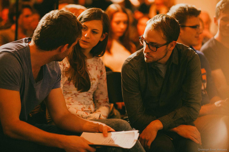 StudentInnen im Austausch in Kleingruppen im TALK