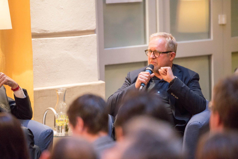 Harald Krassnitzer Podium TALK Figlhaus Wien Akademie für Dialog und Evangelisation Brückenbauer gesucht - in einem gespaltenen Land
