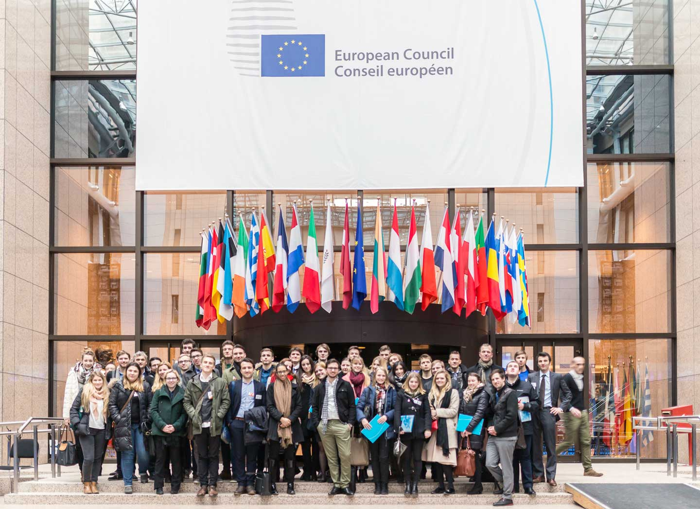 CIFE EU-Lehrgang EU-Ratsgebäude Gruppe StudentInnen Flaggen Eingang Studienreise Brüssel