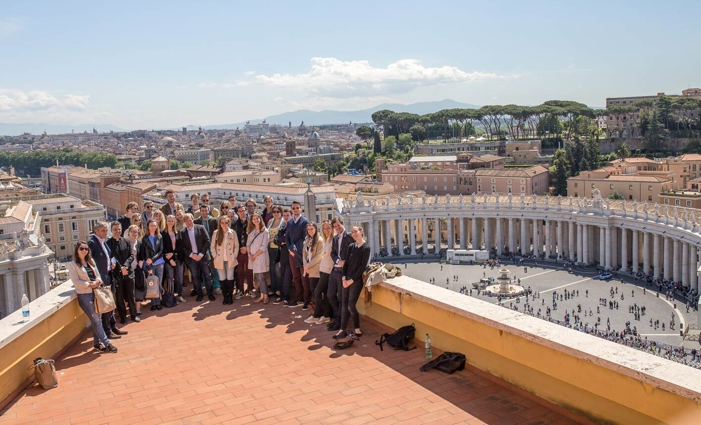 CIFE EU-Lehrgang Vatikan Rom Studienreise Balkon Petersplatz Petersdom Gruppe StudentInnen Wien Figlhaus Wien