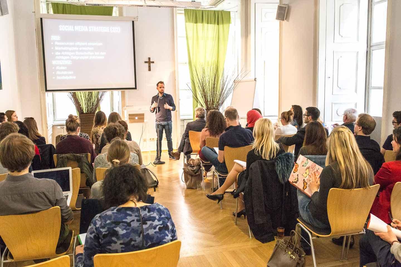 Medien-Lehrgang André Karsai Figlsaal Vortrag Workshop Social Media Pro Studentengruppe Figlhaus Wien