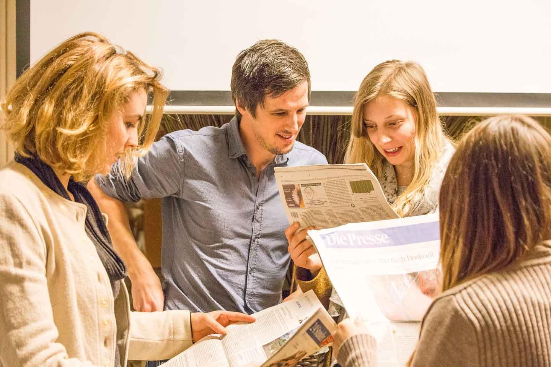 Medienkompetenz-Lehrgang Print/Online-Journalismus Redaktionsübung Michael Prüller Kommunikationschef Erzdiözese Wien Studenten Zeitungen