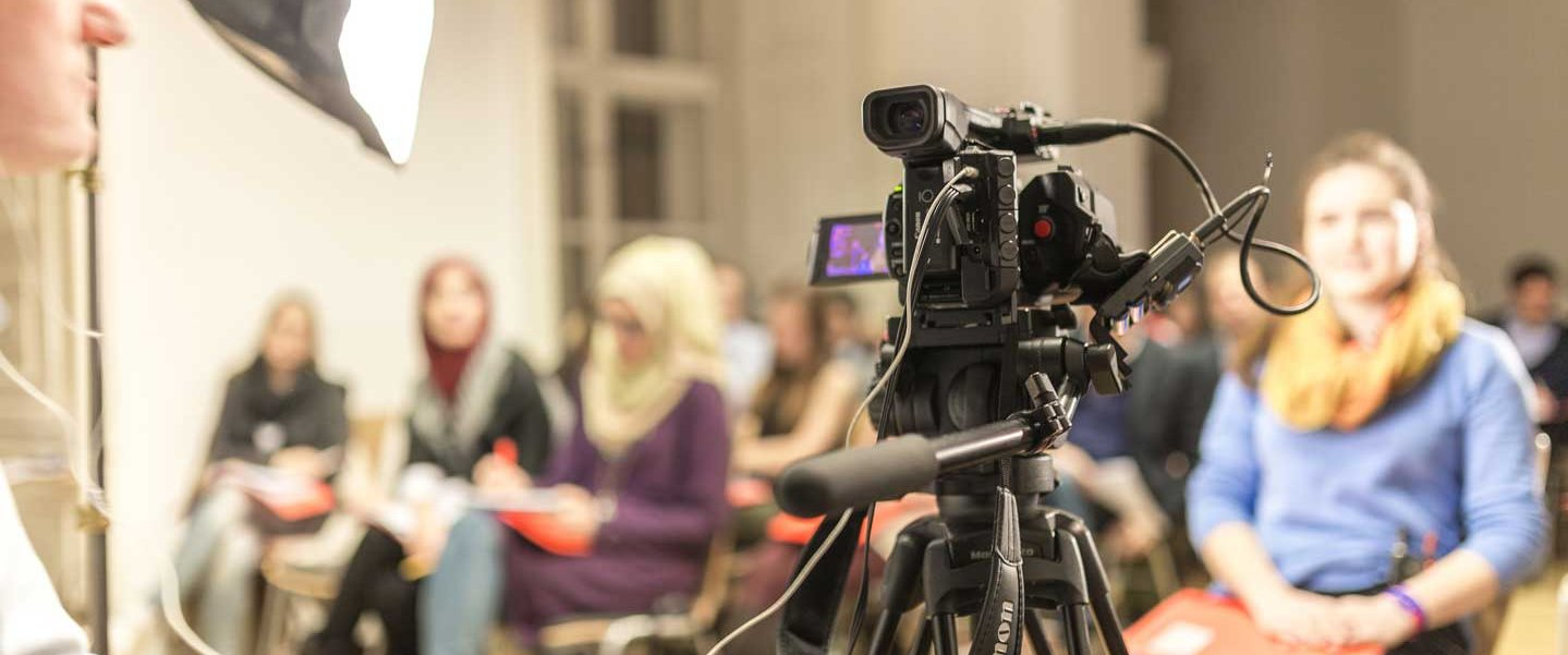 Medien-Lehrgang Interviewtraining ORF-Trainer Redakteur Marcus Marschalek StudentInnen Gruppe