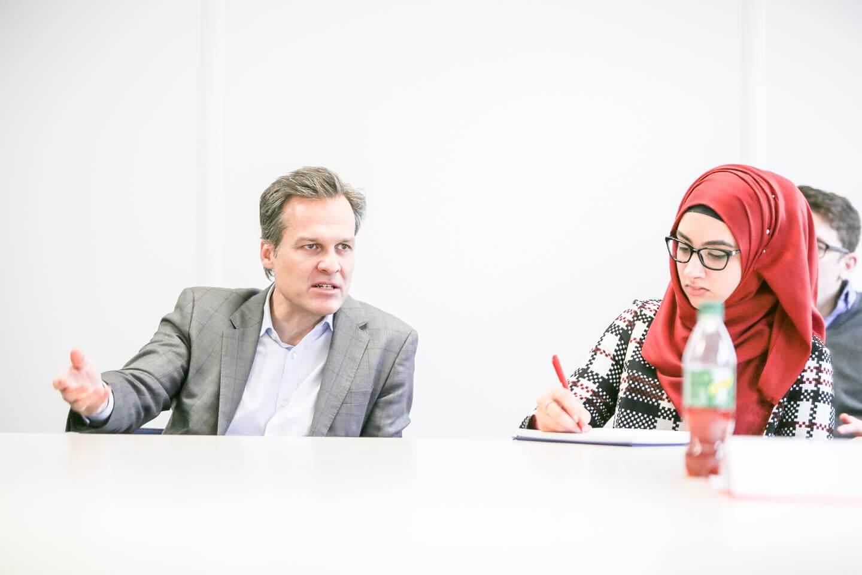 Tarek Leitner Studentin Muslima Moslima Gespräch Workshop Figlhaus Wien Medienkompetenz-Lehrgang ORF Küniglberg