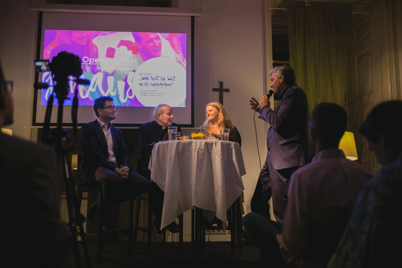 Martin Radjaby Kardinal Christoph Schönborn Ulrike Beimpold Podium TALK Was hält die Welt noch zusammen? im Figlhaus Wien Akademie für Dialog und Evangelisation