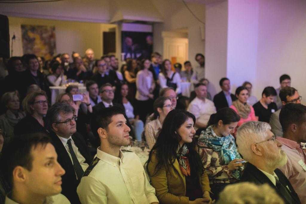 Studenten Publikum Martin Radjaby Kardinal Christoph Schönborn Ulrike Beimpold Podium TALK Was hält die Welt noch zusammen? im Figlhaus Wien Akademie für Dialog und Evangelisation