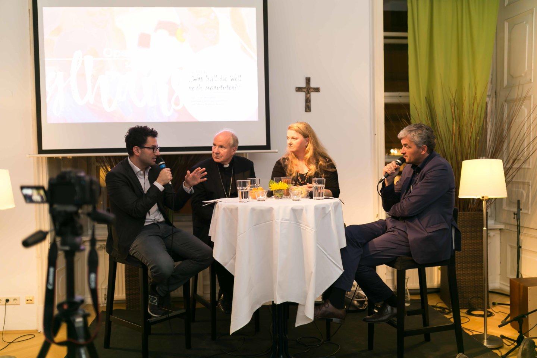 """Martin Radjaby, Kardinal Christoph Schönborn, Ulrike Beimpold im TALK """"Was hält die Welt noch zusammen?"""" Figlhaus Opening 04.10.2017"""