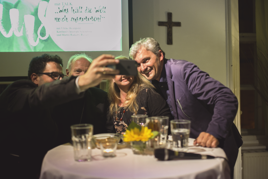 Selfie #figlpeople Otto Neubauer Martin Radjaby Kardinal Christoph Schönborn Ulrike Beimpold Podium TALK Was hält die Welt noch zusammen? im Figlhaus Wien Akademie für Dialog und Evangelisation
