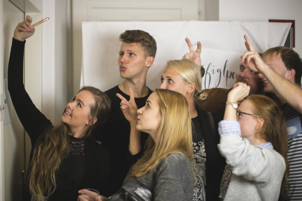 Studenten Selfie #figlpeople Martin Radjaby Kardinal Christoph Schönborn Ulrike Beimpold Podium TALK Was hält die Welt noch zusammen? im Figlhaus Wien Akademie für Dialog und Evangelisation