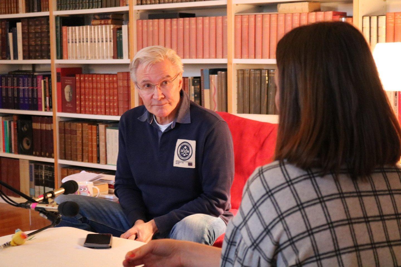 Joshua Sinclair Bücher Wohnzimmer Interview #inspireMe Filmregisseur Edith Stein Gutes Gut sein