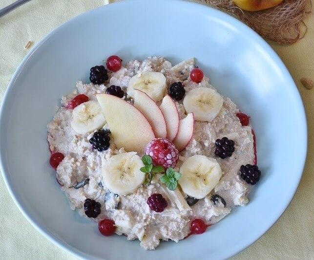 Getreideflocken mit frischen Früchten